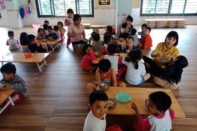 Giờ ăn trưa trẻ ăn trưa của trẻ MN Tuổi Thơ